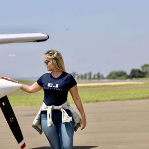 Conheça Isadora, a primeira instrutora de voo proveniente da Faculdade EJ