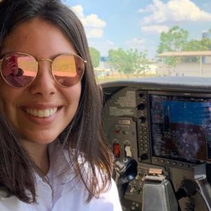 Mulher, 21 anos, instrutora de voo