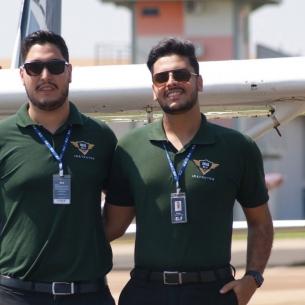 EJ contrata mais dois instrutores de voo vindos da Faculdade EJ. Leia seus perfis